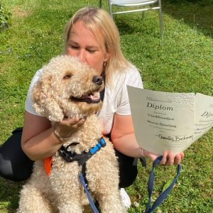 Stolt hundteam efter examen